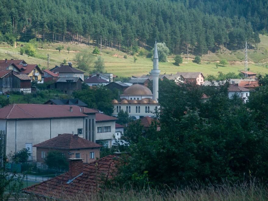 Moschee in den Rhodopen mit kupferfarbene Kuppeln