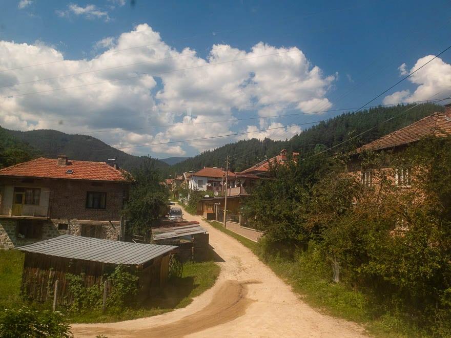 Bulgarisches Dorf mit Sandweg