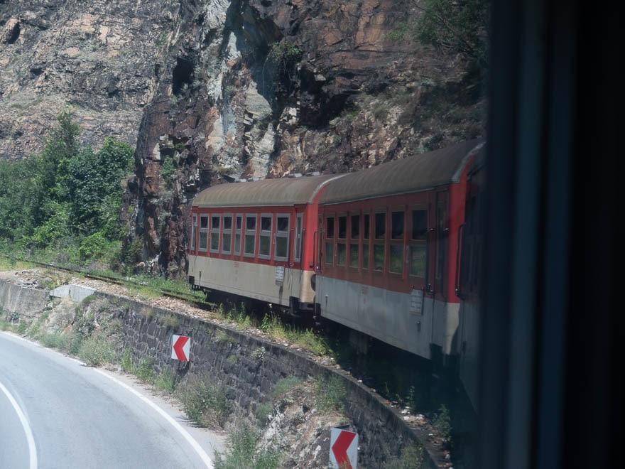 Zug der Rhodopenbahn in eine Kurve