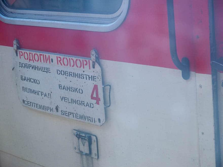 Schild Rhodopenbahn am Zug