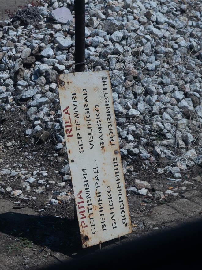 altes Schild Rhodopenbahn mit Haltestellen