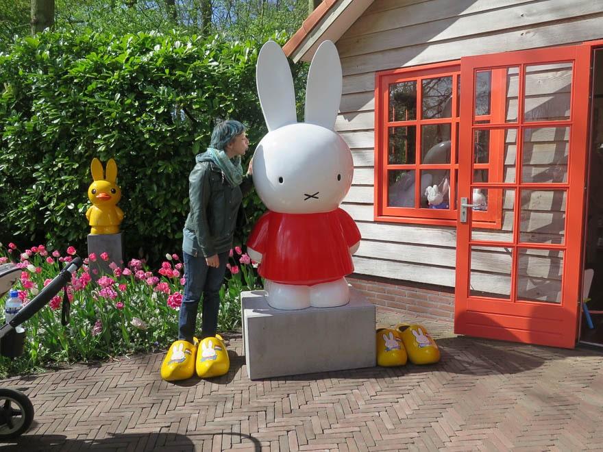 Skulptur von Nijntje (Miffy) Tulpenbeet daneben und eine Frau die Nijntje küsst