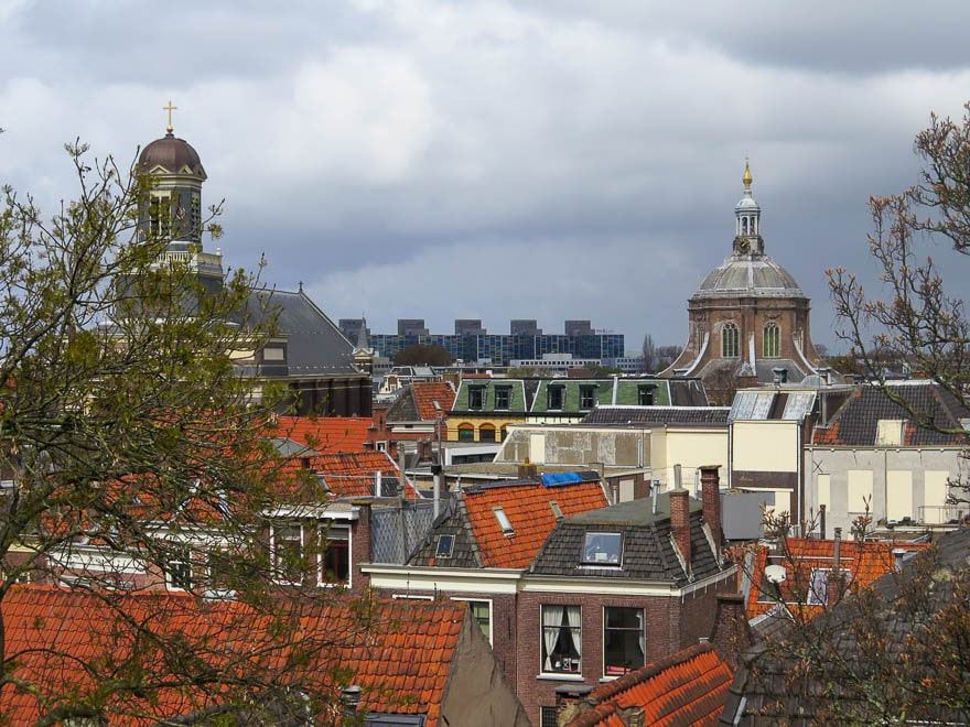 Aussicht über Leiden. moderne Gebäude im Hintergrund, vorne Kuppeln und Kirchen