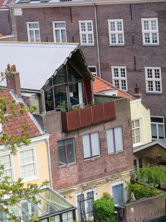 Mischung aus alt und neu in einem Gebäude in Leiden.