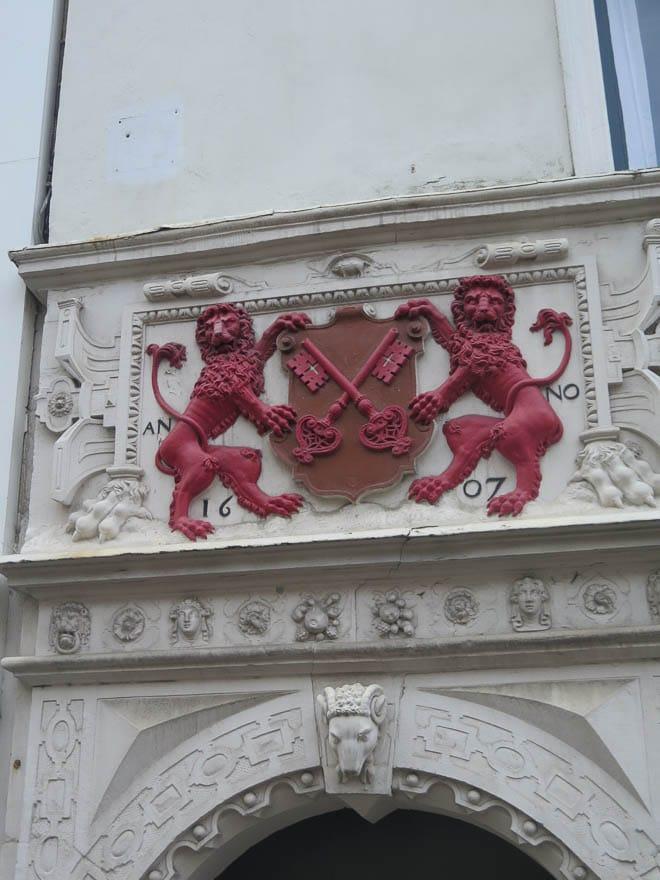 Wappen von Leiden. Zwei rote Löwen und rote Schlüssel gekreuzt