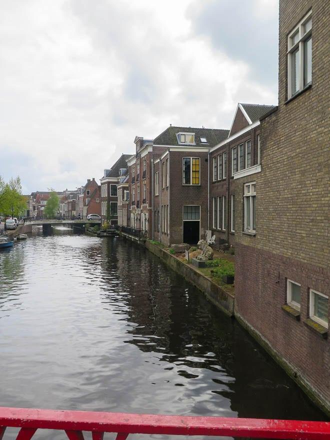 Kanal in Leiden Im Hintergrund eine Brücke, rechts Häuser