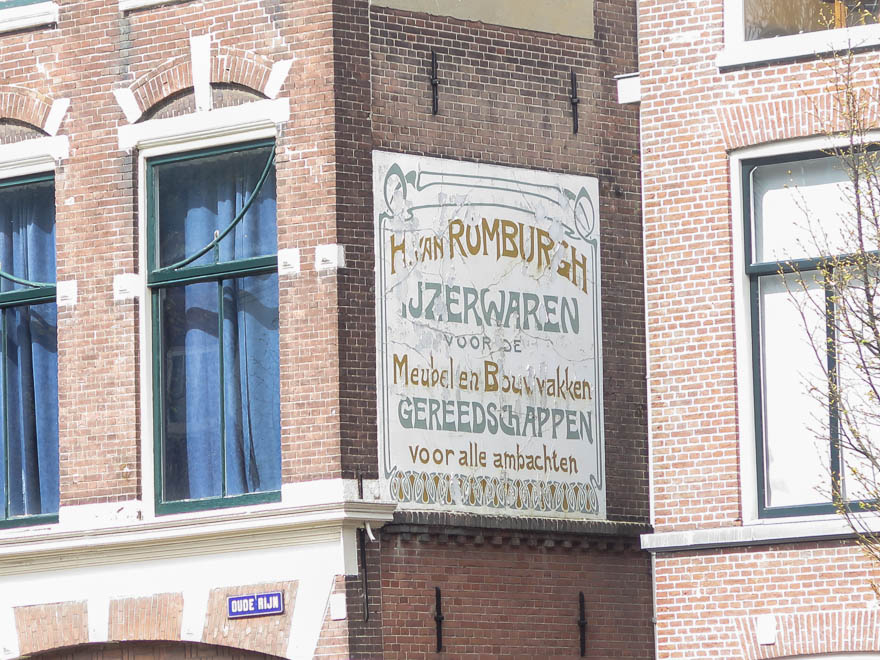 Schild 'IJzerwaren' am Haus in Leiden