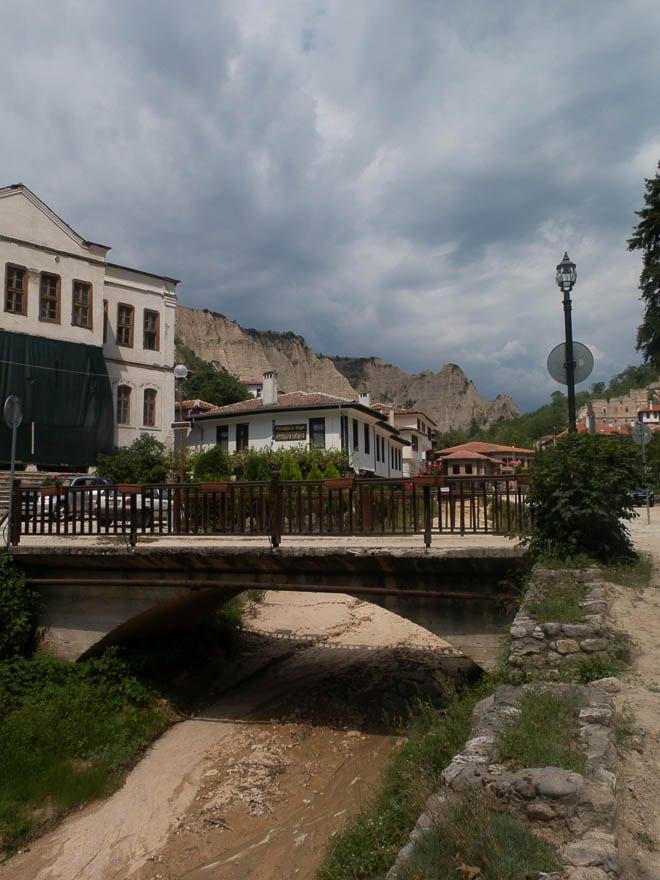 Melnik mit Pension Uzunova in der Mitte, am Fluss, eine Brücke in der Mitte