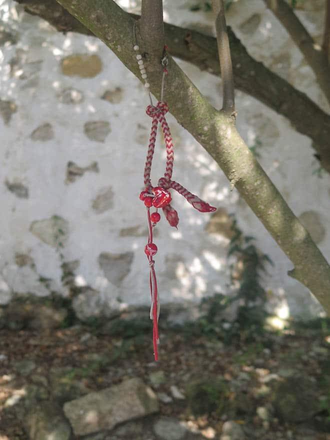 Marteniza am Baum, rot-weißes Band