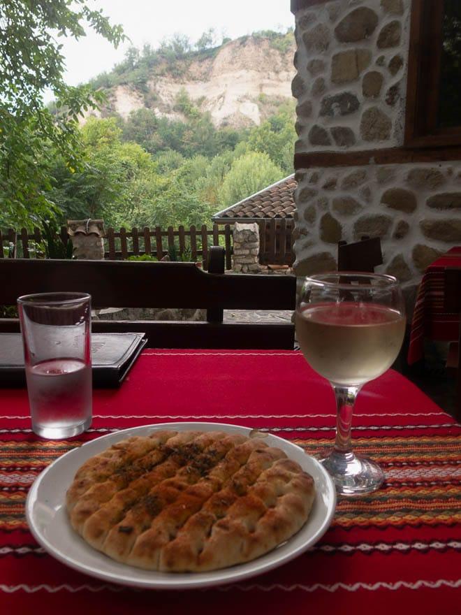 Palenka und ein Glas Wein auf der Terrasse