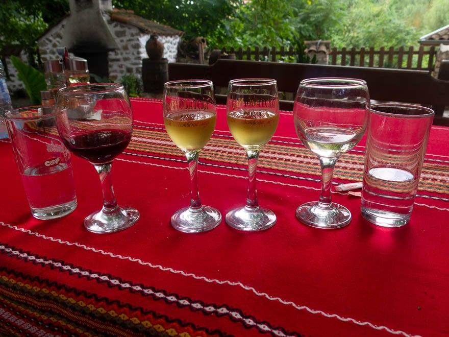 Weingläser und Rakiagläser in Melnik auf der Terrasse, rote Tischdecke