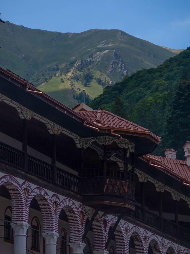Rila Kloster Dach und Gebirge dahinter
