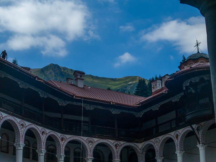 Rila Kloster Dach und blauer Himmel