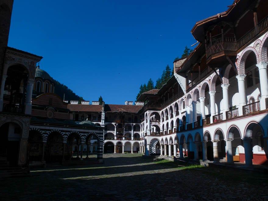 Rila Kloster Galerien im Innenhof im Morgenlicht