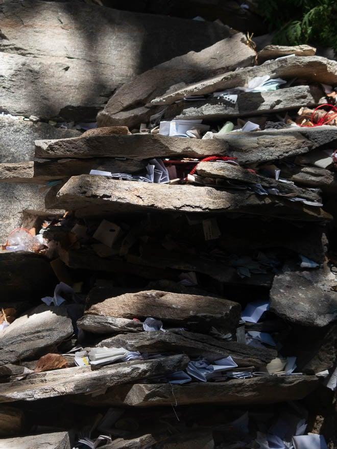 Heilige Iwan Rilski Brunnen mit Steine wo Zettel dazwischen gesteckt sind