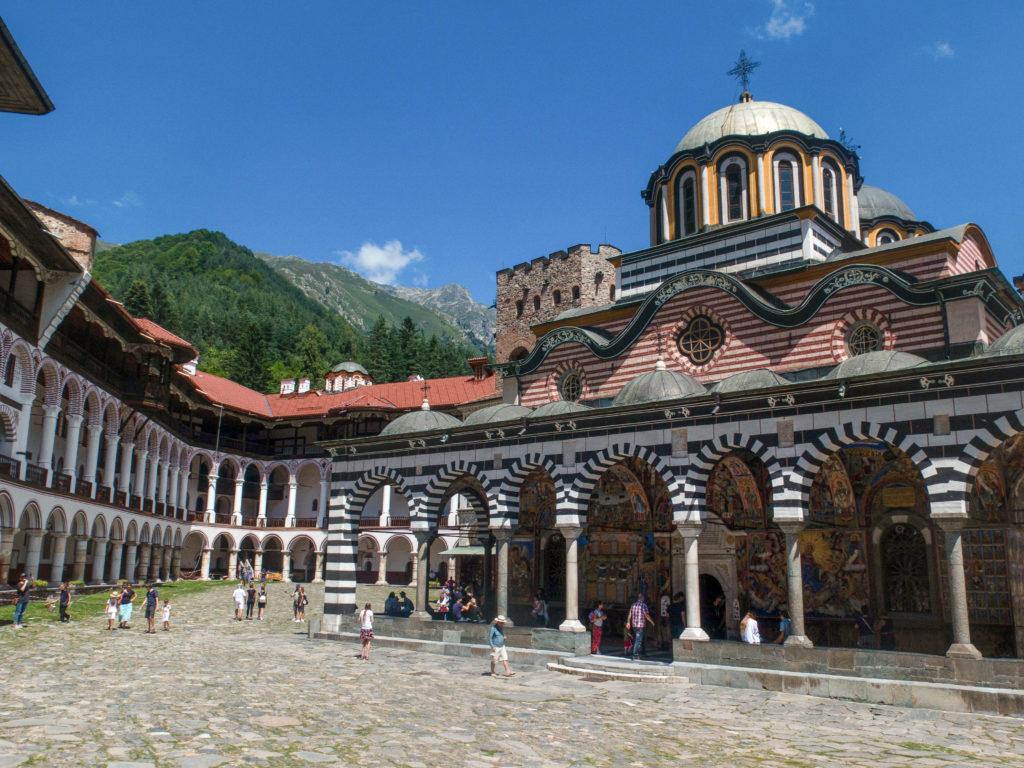 Rila Kloster Bulgarien Innenhof mit Kirche und blauer Himmel