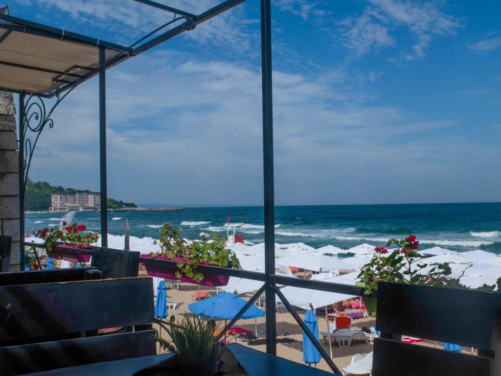 Aussicht von der Terrasse Sahara Beach Restaurant Sveti Constantin, Blick auf Strand und Meer