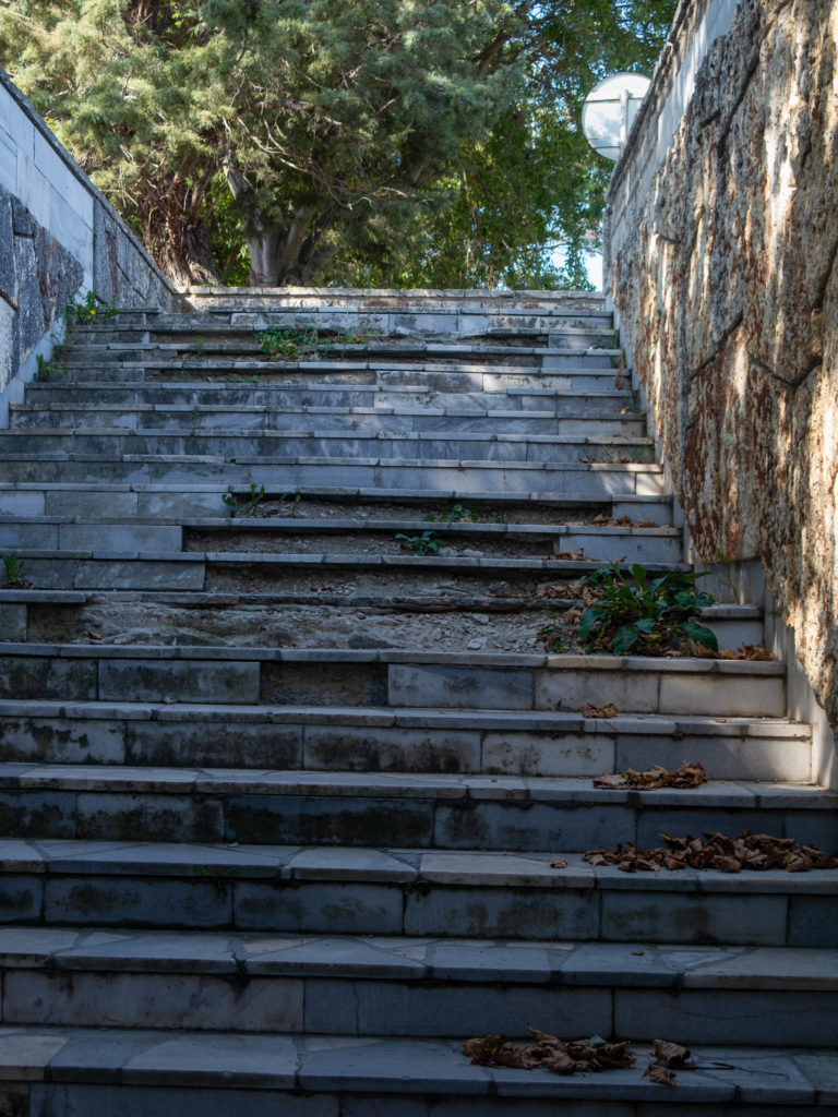renovierungsbedürftige Unterführungstreppe in Sveti Constantin, lose Steine
