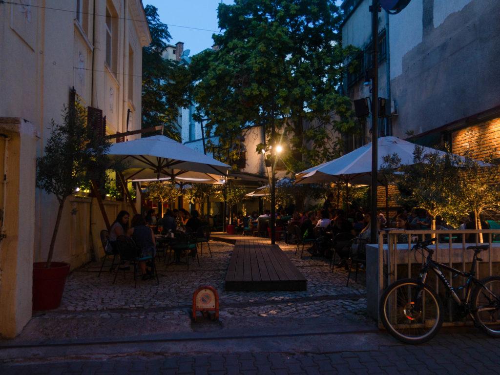 Terrasse Confetti in Sofia am Abend