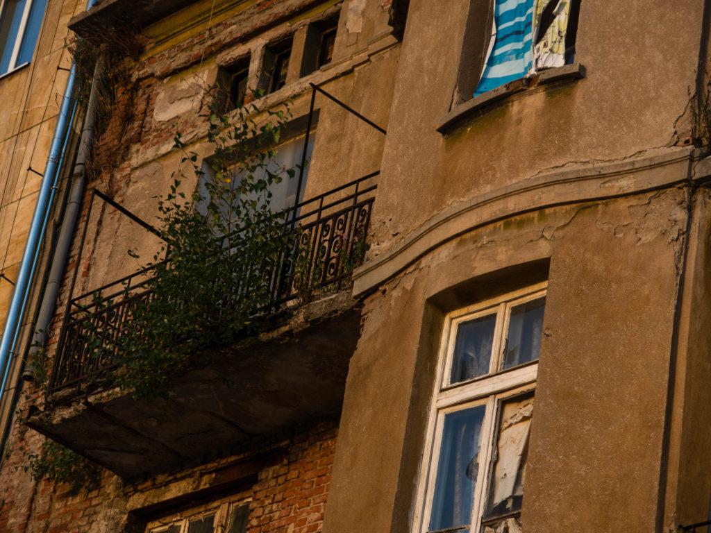 Hauswand mit Balkon, verfallen