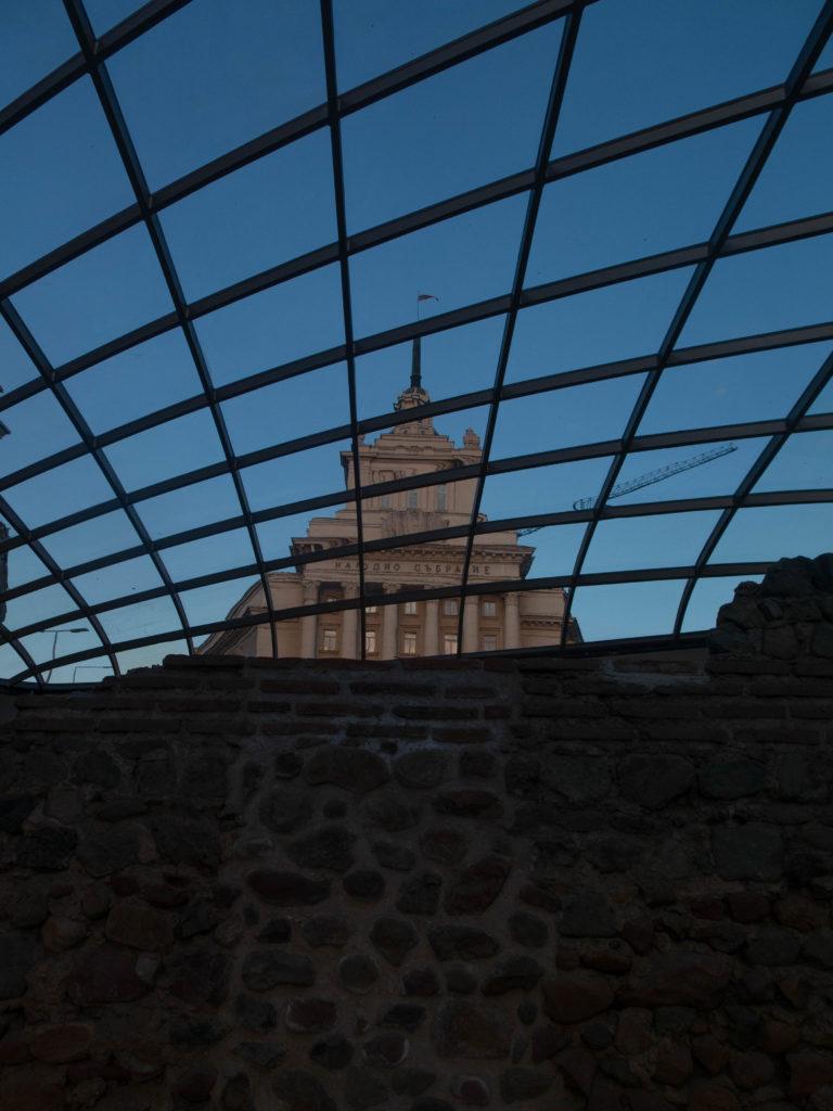 Regierungsgebäude von Serdika unten gesehen, Sofia