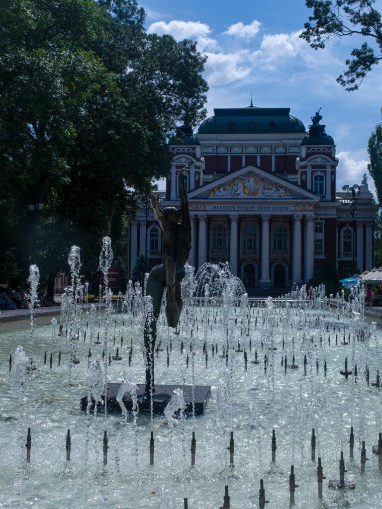 Iwan Wasov Theater Sofia, im Vordergrund Fontäne mit Tänzerinskulptur