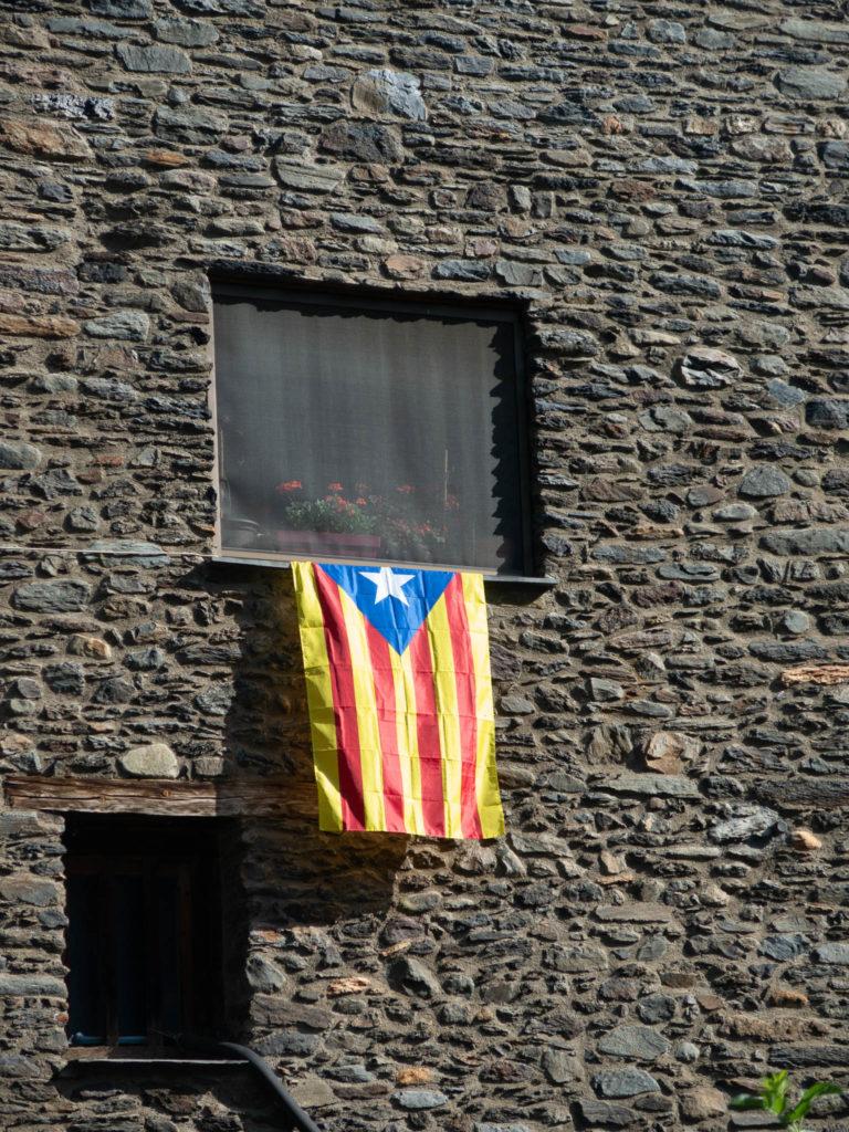 Katalanische Flagge der aus einem Fenster hängt in Andorra