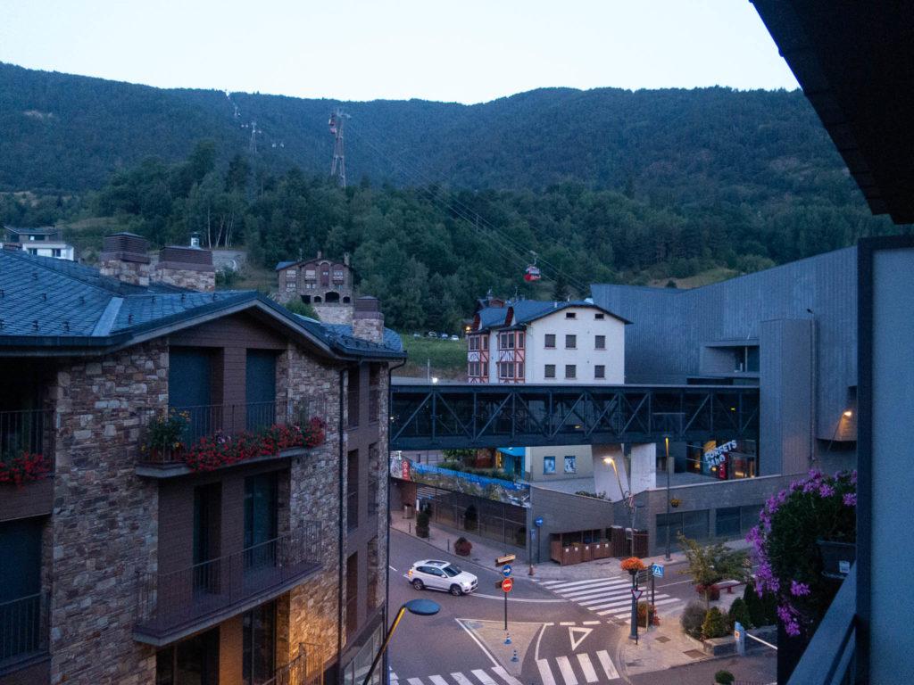 Aussicht vom Balkon in La Massana, Andorra. Blick auf Seilbahn