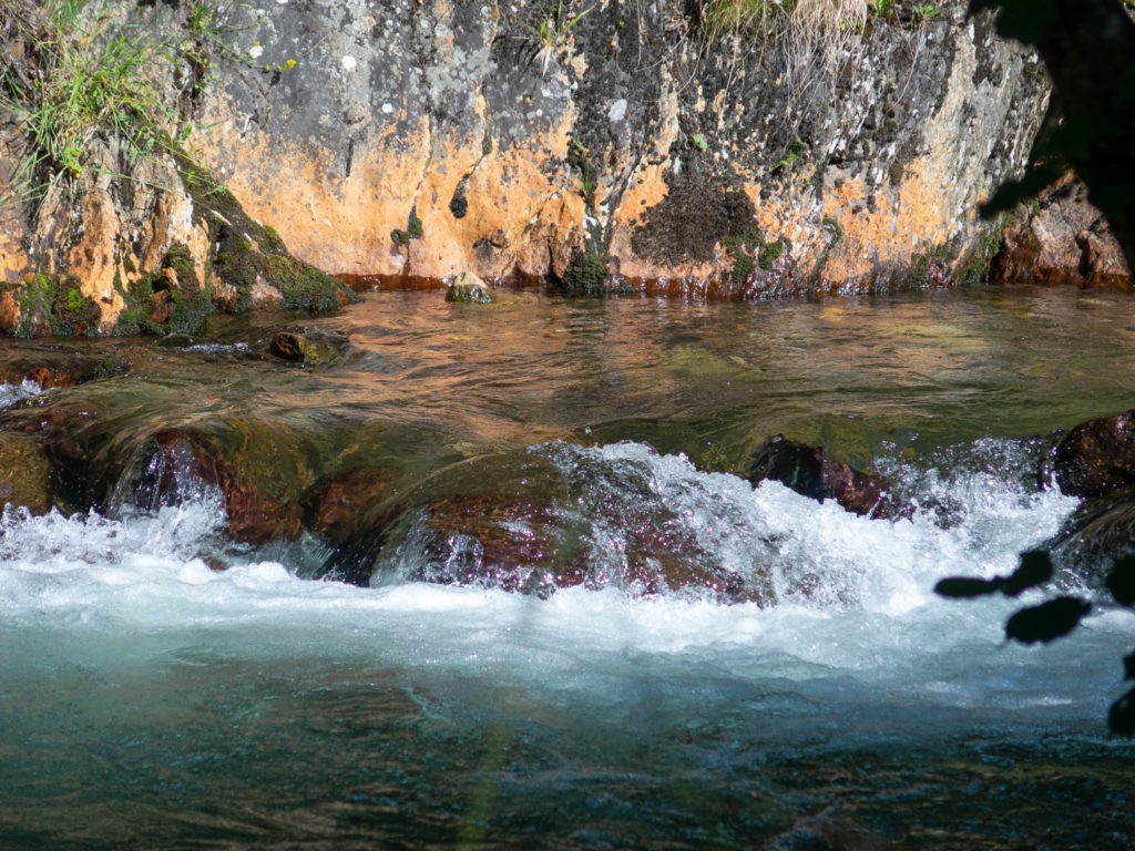 Fluß mit verschiede Farben Gestein