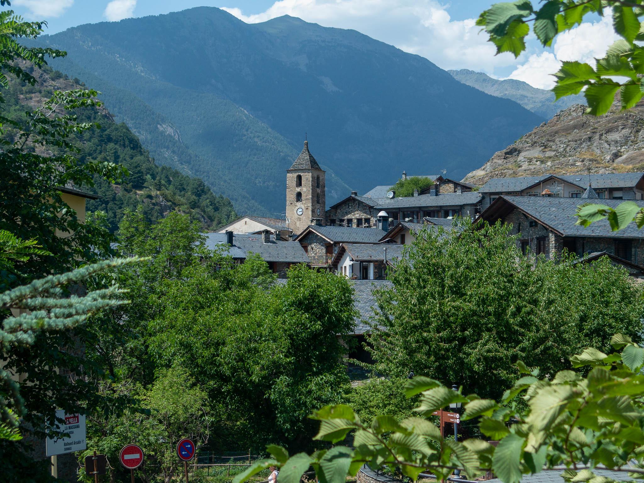 Ordino Kirchturm und Dorf, Andorra