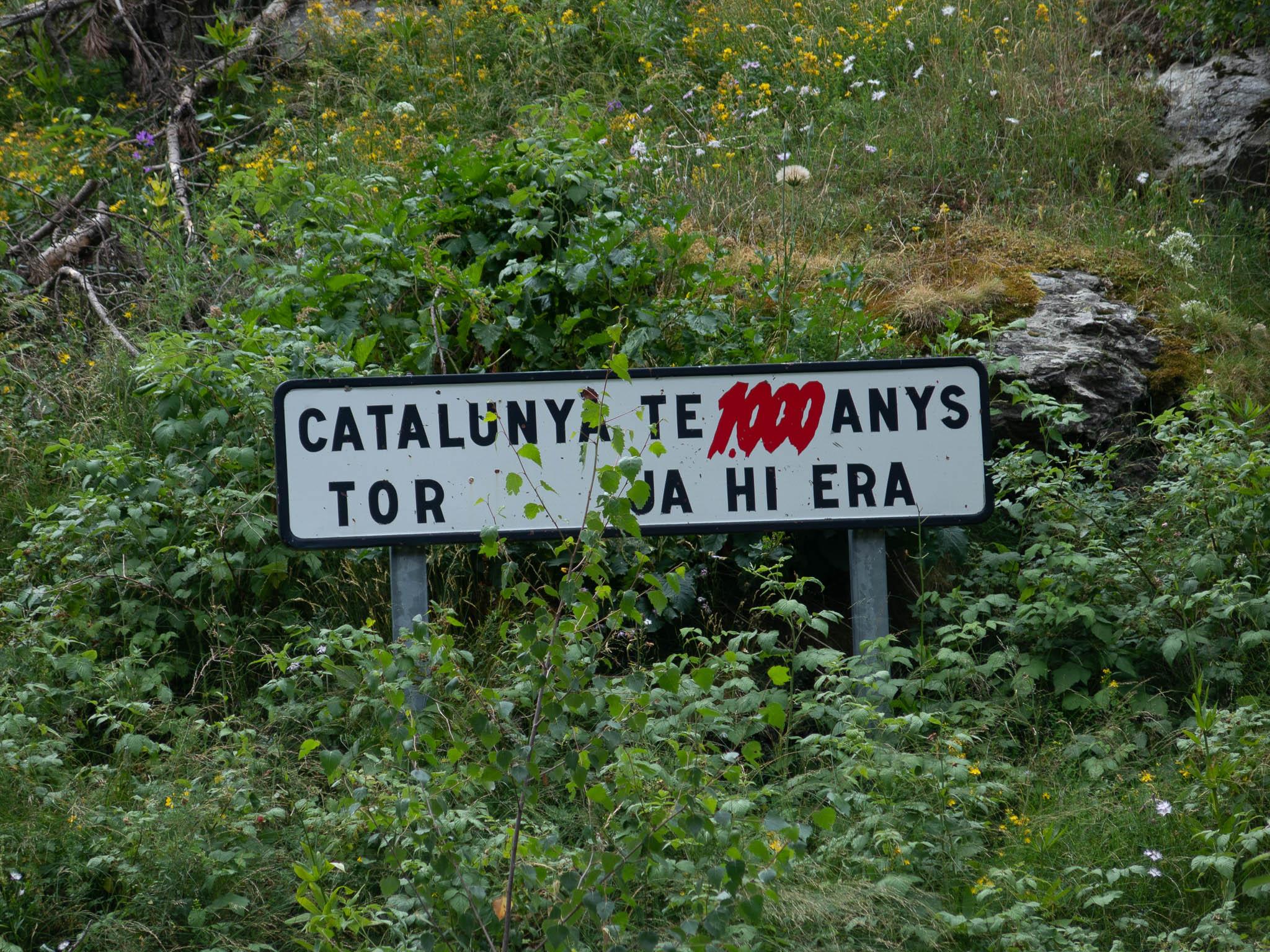 Schild mit Text 'Catalunya te 1000 anys tor ja hi era'