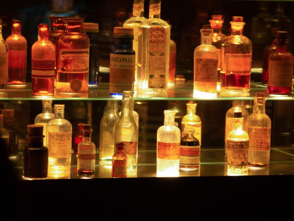 Tabakmuseum Sant Julia de Loria, Flaschen mit Aromen für Zigarettenherstellung