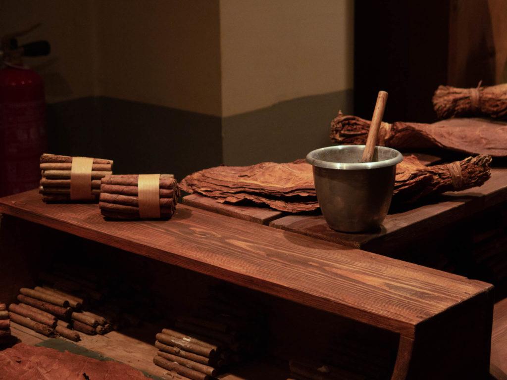 Tabakmuseum in Sant Julia de Loria, Tisch mit Zigarren und getrocknete Tabakblätter