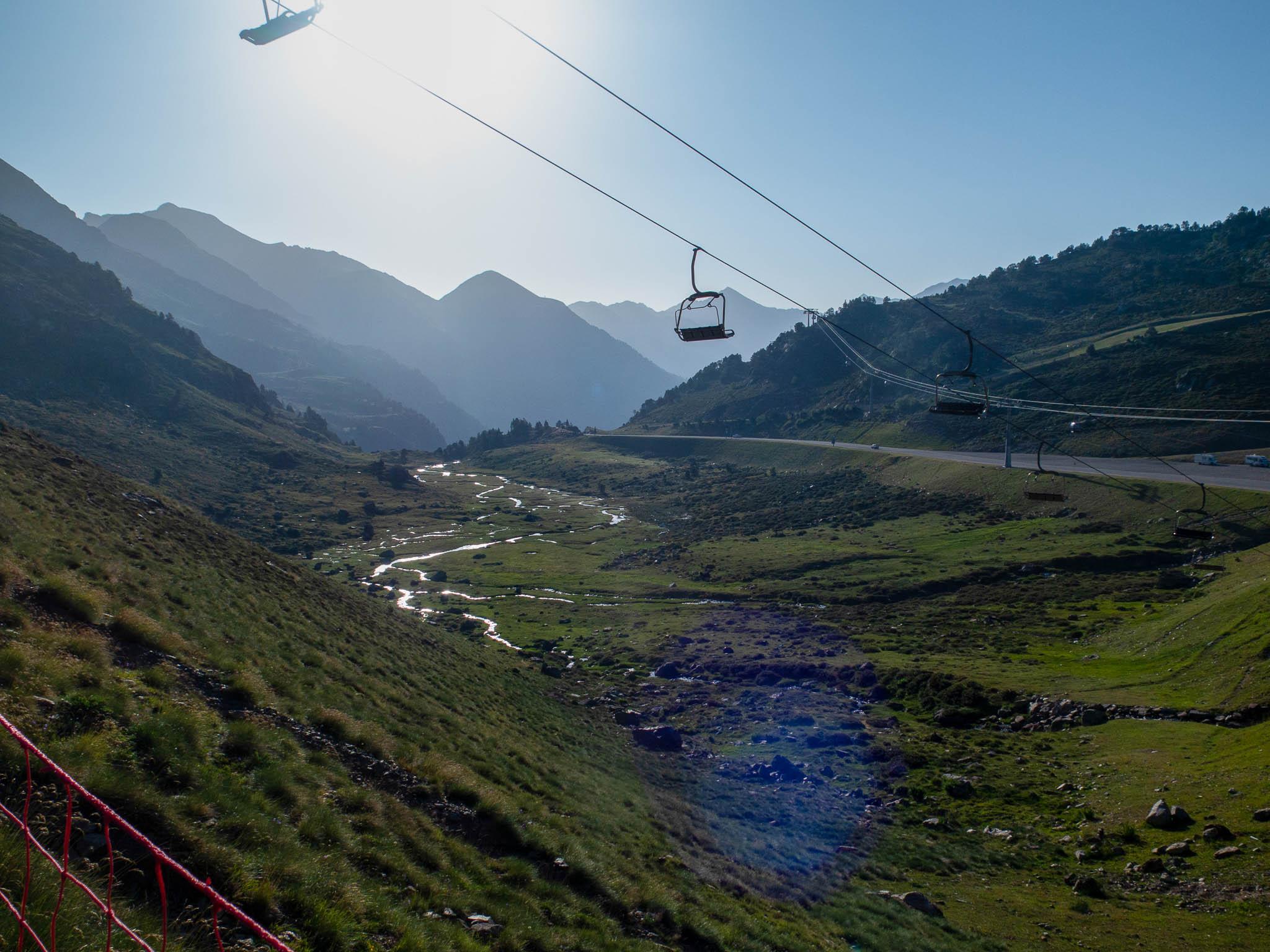 Blick auf Tal mit Seilbahn in Andorra, Estanys de Tristaina