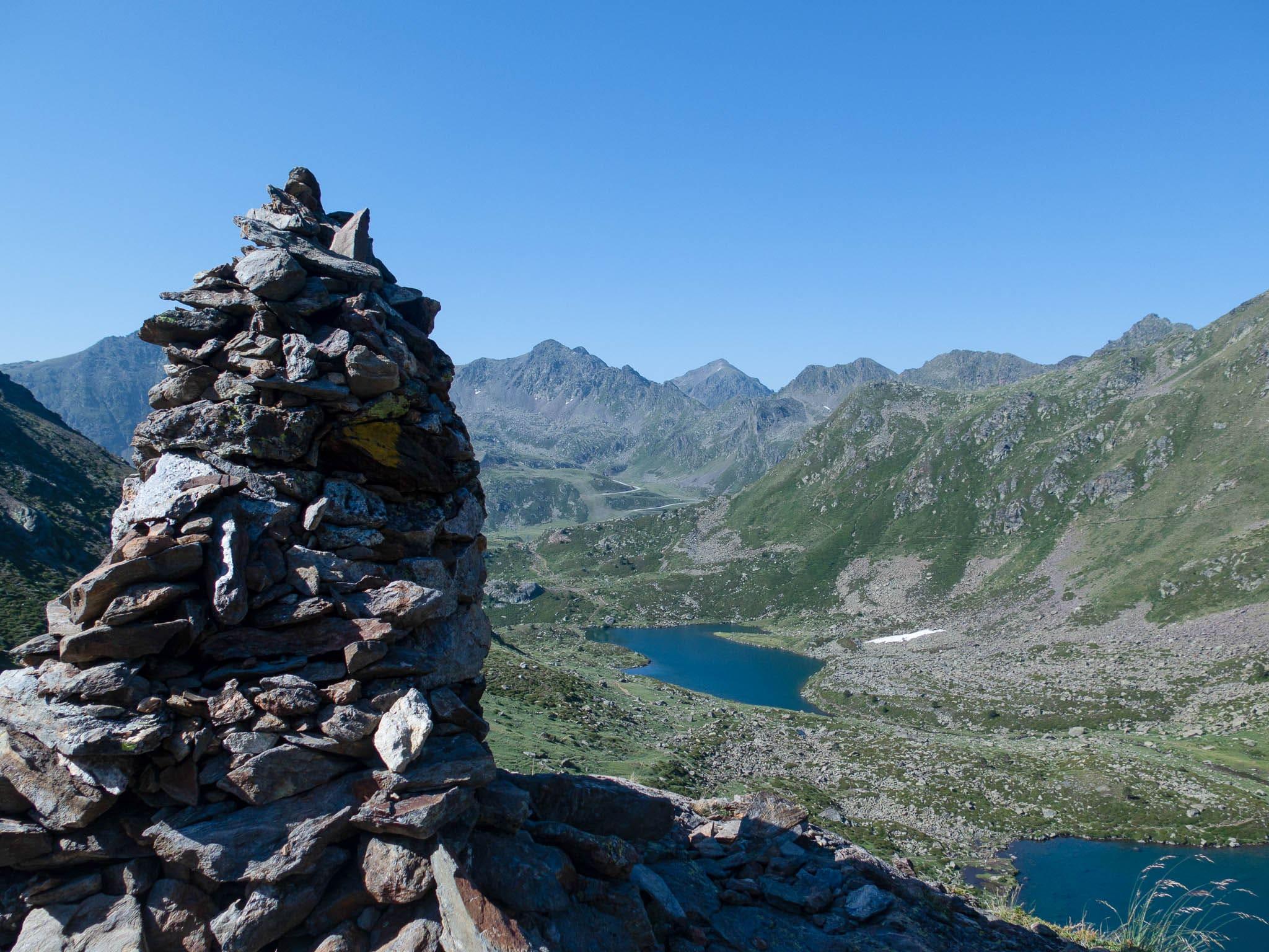 Estanys de Tristaina, Andorra, links vorne Steinhügel, Blick auf zwei Bergseen