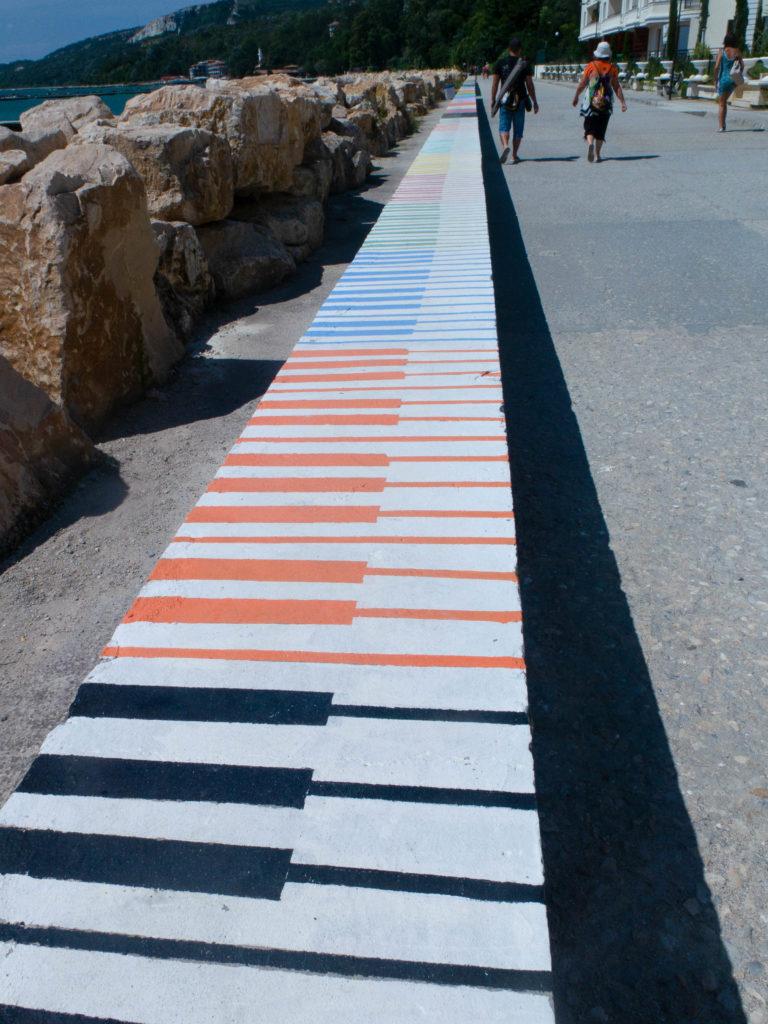 Klaviertastaturmauer an der Promenade in Balchik