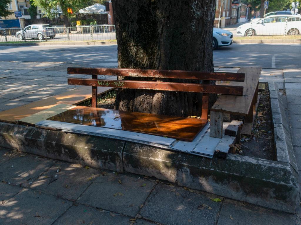 Alte zusammengeflickte Bank in Varna
