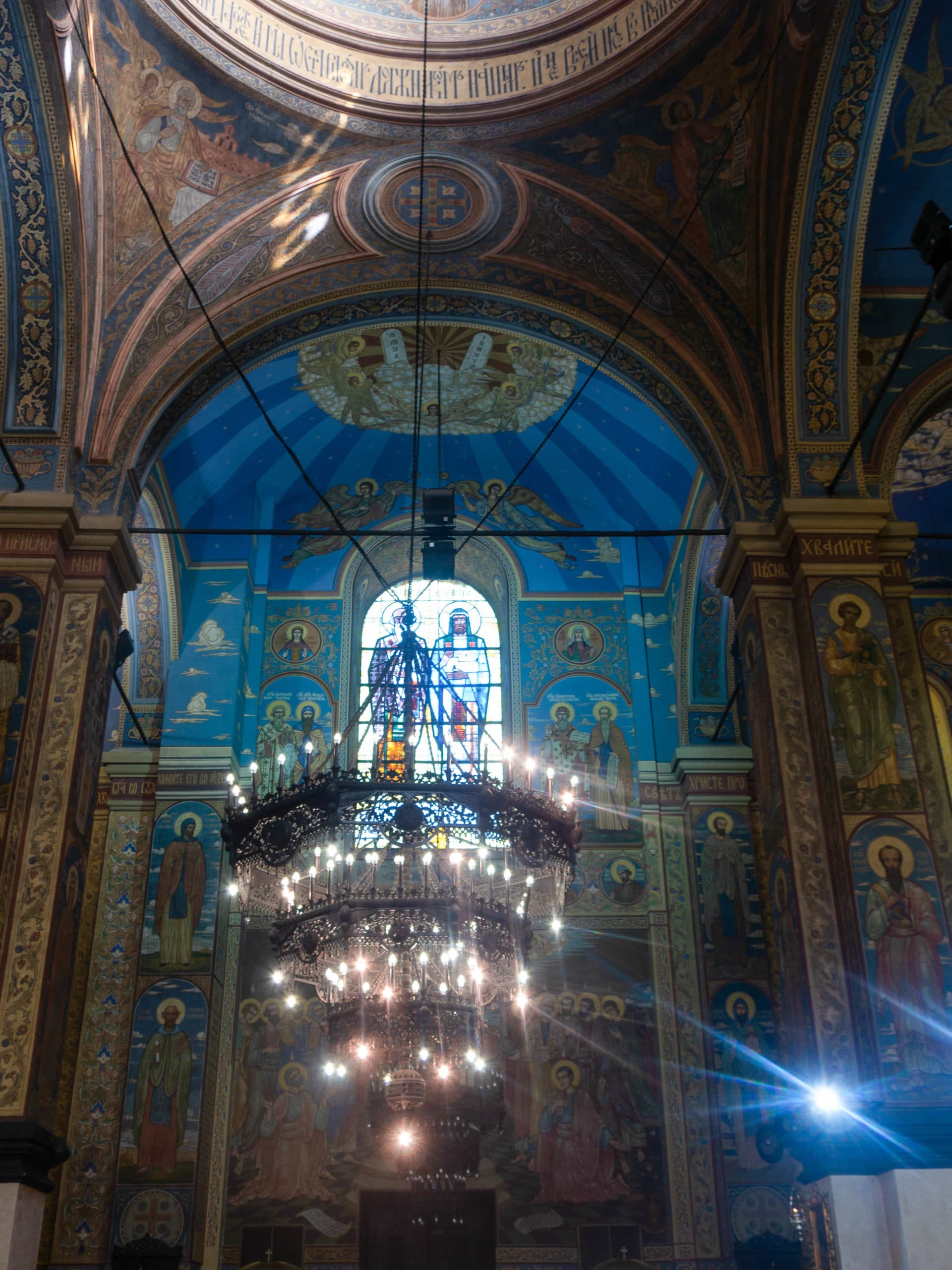 Kathedrale Varna innen, Kronleuchter und Wandmalereien
