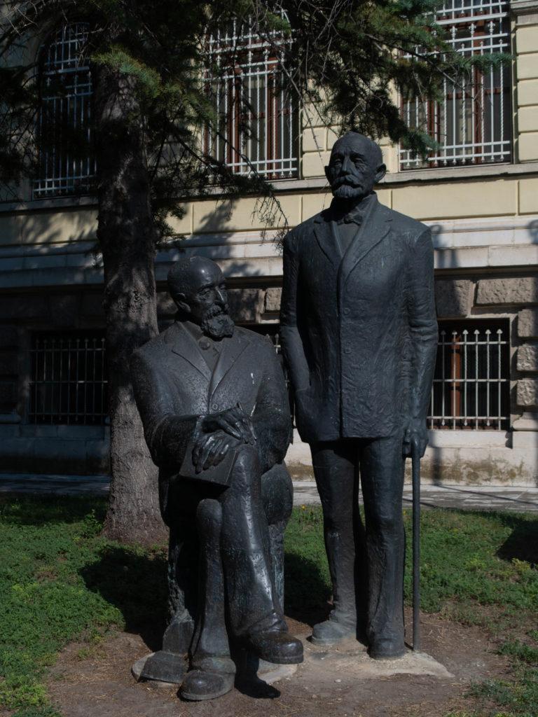 Brüder Skorpil Skulptur vor dem Archeologischen Museum Varna