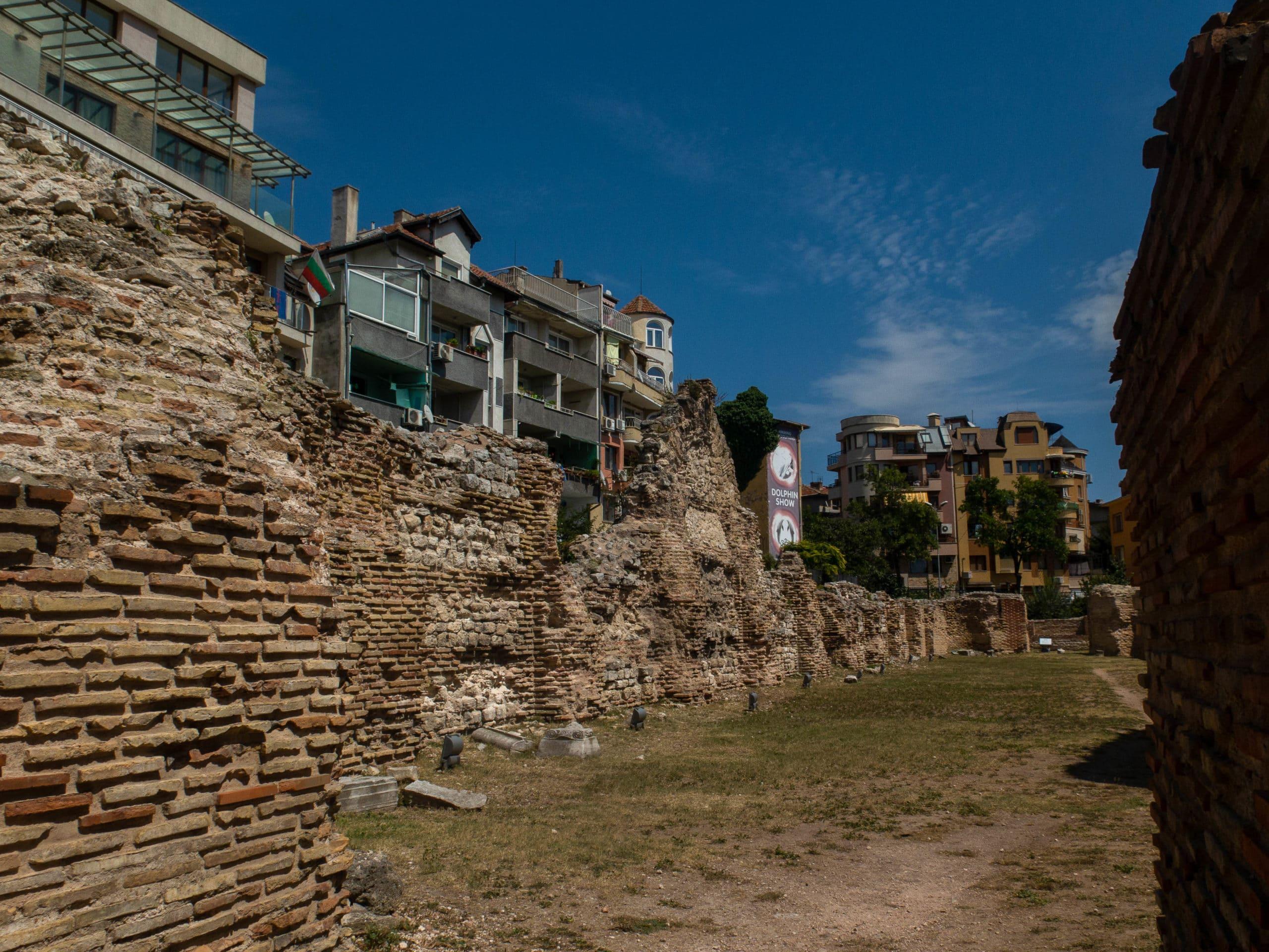 römisches Bad Mauerwerk, im Hintergrund moderne Wohnungen in varna