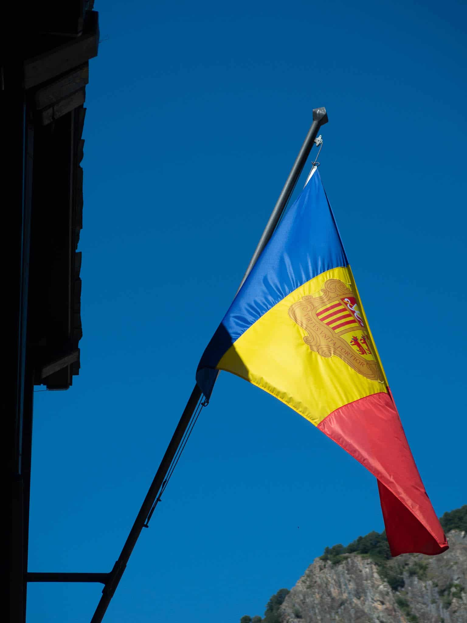 Flagge Andorra vor blauer Himmel