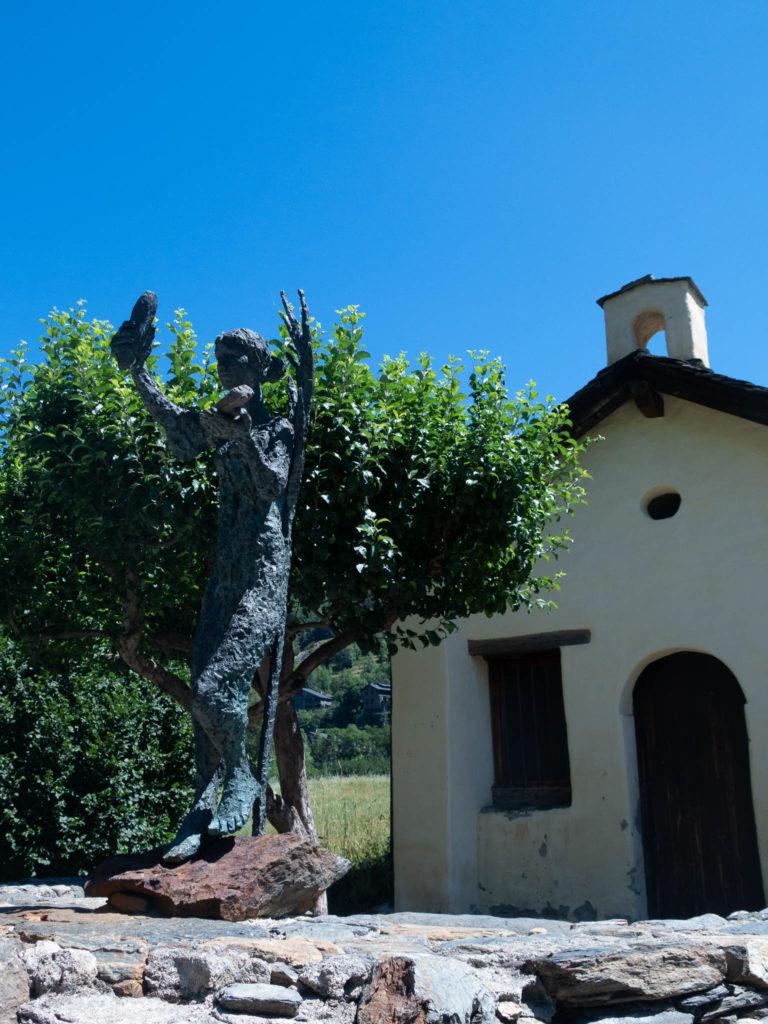 Barbarakapelle Ordino Andorra, vor der Kapelle eine Metallskulptur