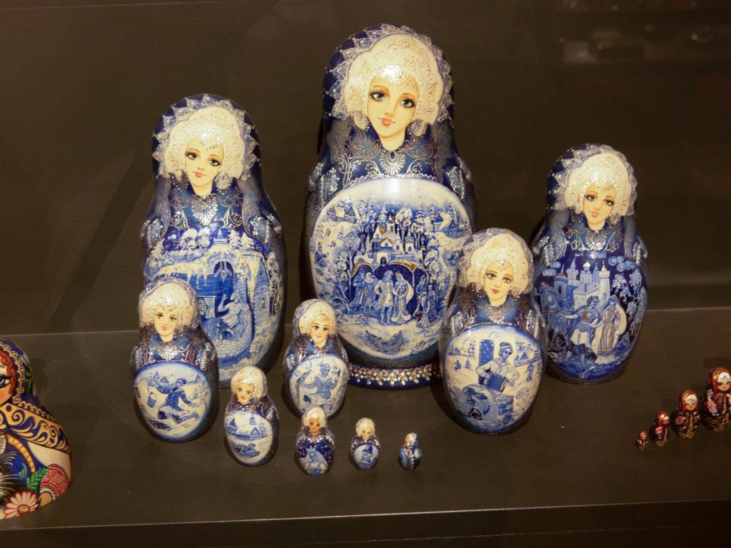 Andorra Miniaturmuseum Matroschkas blau und weiß bemalt