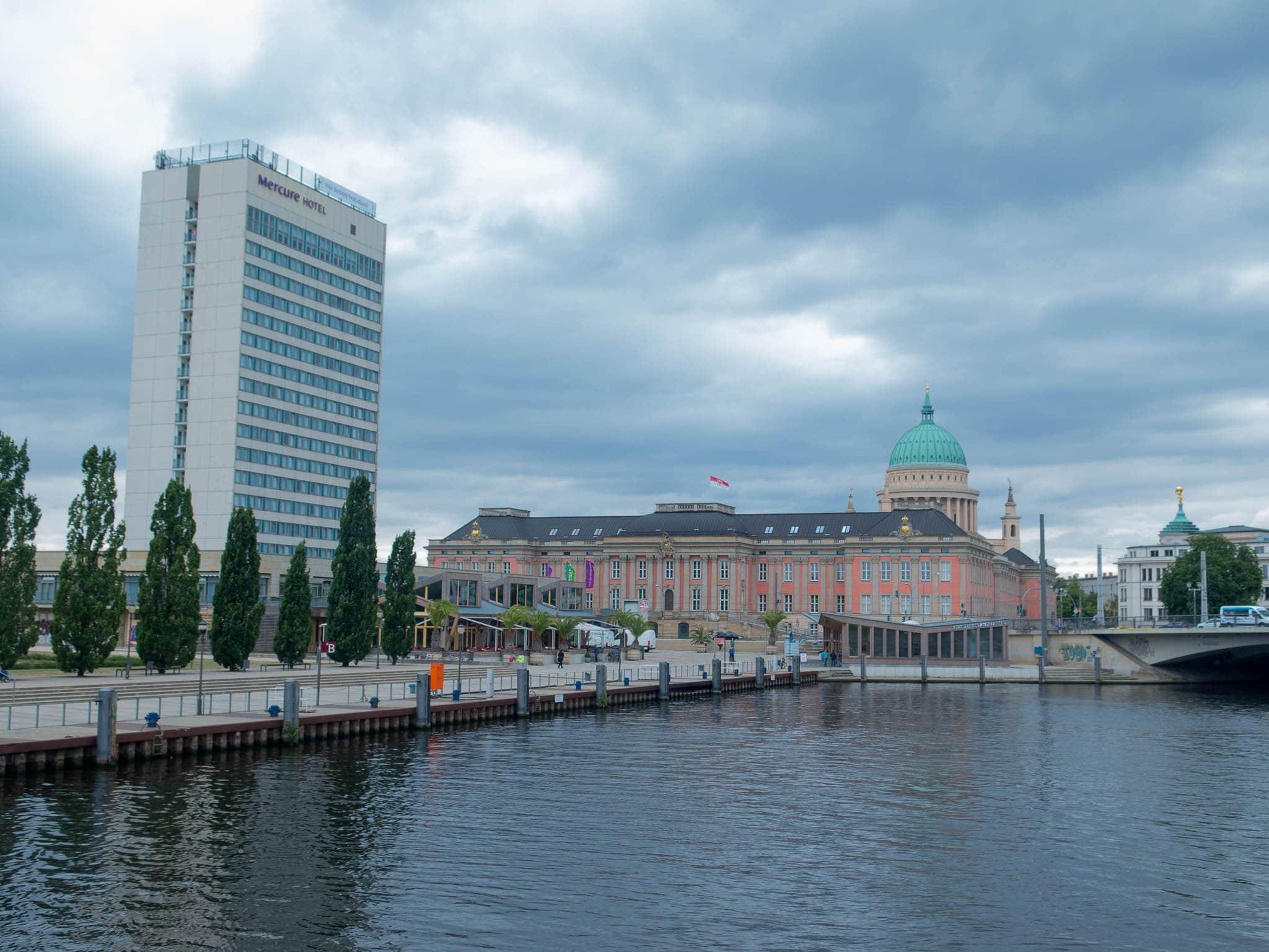 Potsdam Schiffsanlegestelle, links Mercure Hotel, Mitte Landtag Brandenburg, im Hintergrund Kuppel Nikolaikirche