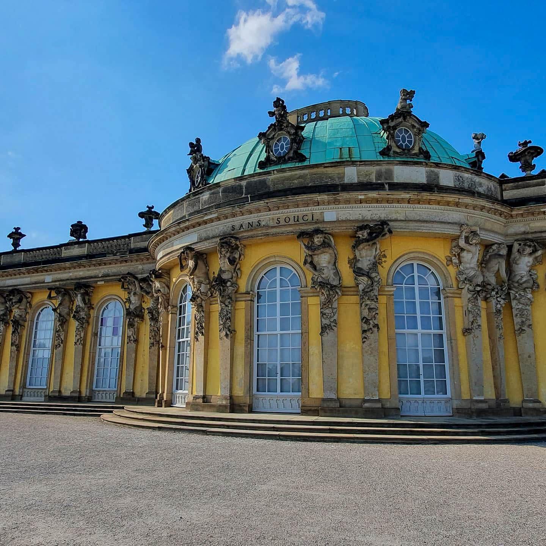 Schloss Sanssouci mittlere Teil. gelbe wände, grünes kupferdach