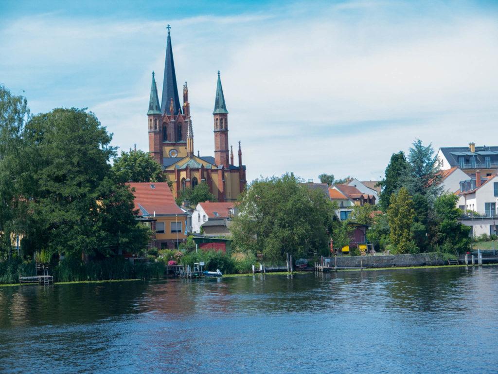 Werder Kirche, im Vordergrund Wasser
