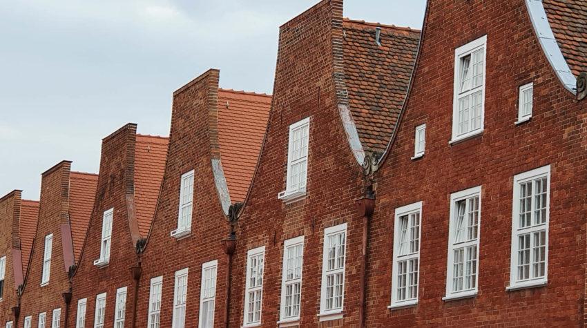 viele Giebel mit Fenster im Holländer Viertel Potsdam