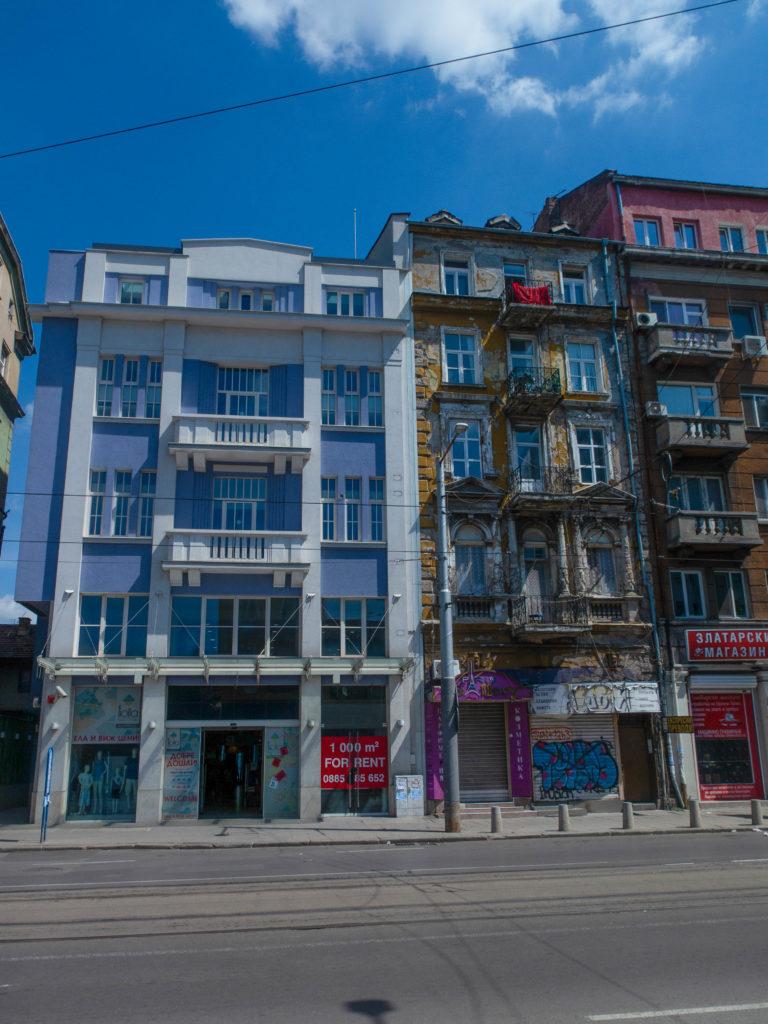renoviertes und verfallenes Gebäude nebeneinander in Sofia