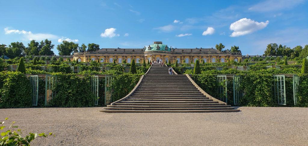 Schloss Sanssouci mit Weinberg und Treppe